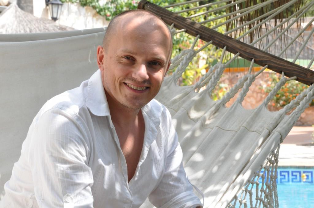 Markus Dan unter Palmen